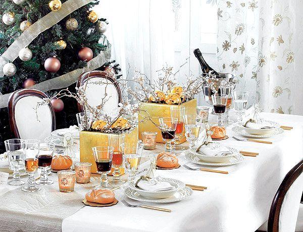 Класичним біла скатертина і яскраві акценти. Фото з сайту https://home-restaurant.ru