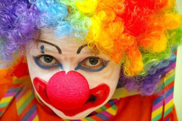 Свято з клоунами та іншими казковими персонажами