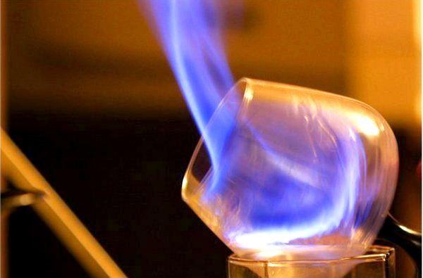 Фото - Як пити самбуку - вогненний лікер?