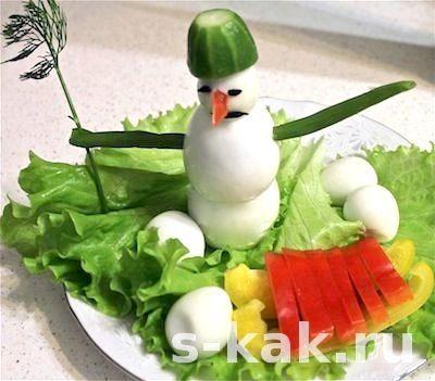 Прикраси новорічного столу. Сніговик з яєць