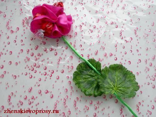Фото - Як зробити троянду з цукерок?