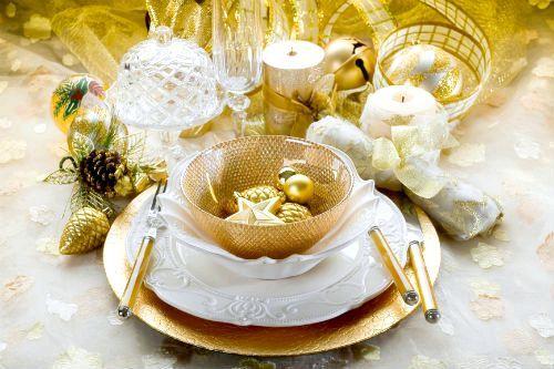 поєднання білого і золотого в оформленні столу на Новий рік