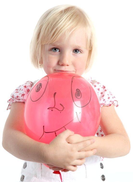 Якщо намалювати на кульці забавну мордочку, то дитина ще активніше буде його захищати