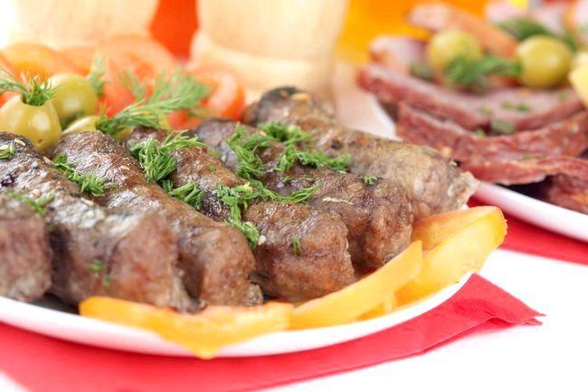 Невеликі м'ясні відбивні в паніровці або домашні ковбаски діти зможуть їсти без столових приладів