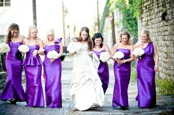 Фіолетову сукню для подружок нареченої - ефектний образ. Фото з сайту srime.com