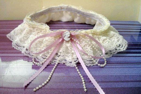 Прикрашаємо гумку стрічками і брошкою. Фото з сайту http://zelenaya-svadba.com/