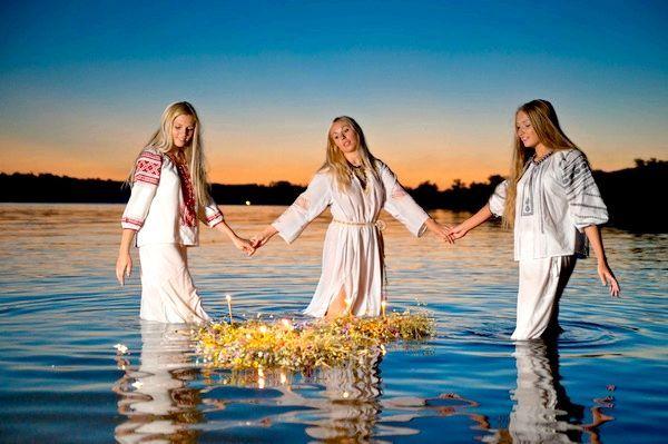 Плетіння вінків - особливий обряд, улюблений усіма дівчатами. Фото з сайту domprazdnika.ru