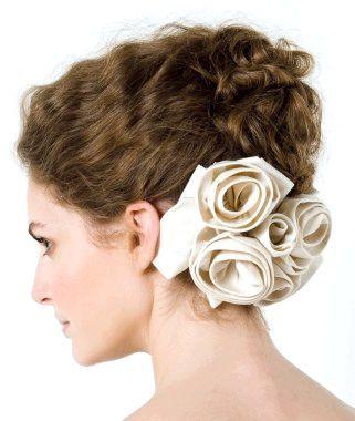 Завиті локони, укладені в зачіску, це завжди романтично
