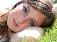 дівчина з веснянками