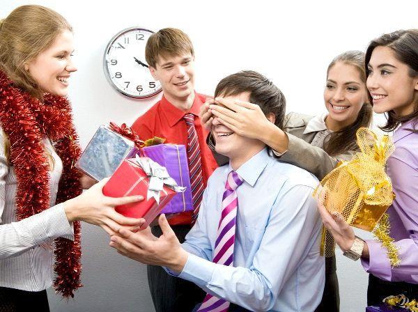 Вручення подарунків - важлива частина свята. Фото з сайту shollywood.ru