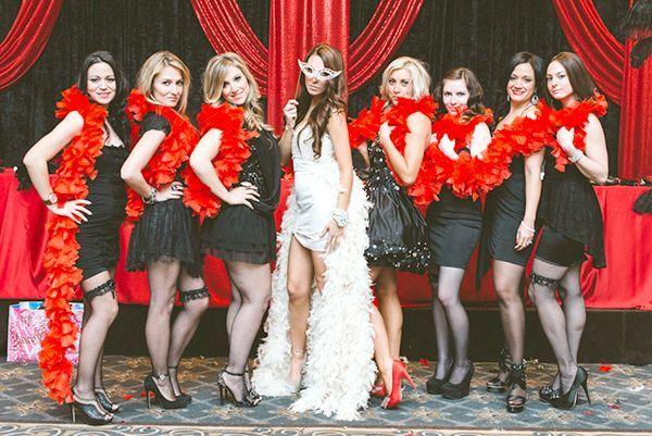 Стильні та яскраві костюми. Фото з сайту bridetobride.ru