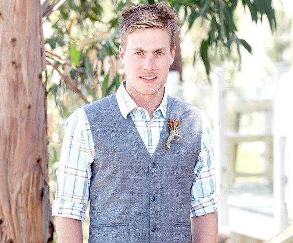 Стильний образ: сорочка в клітку і сірий жилет. Фото з сайту http://wedding-diary.ru/